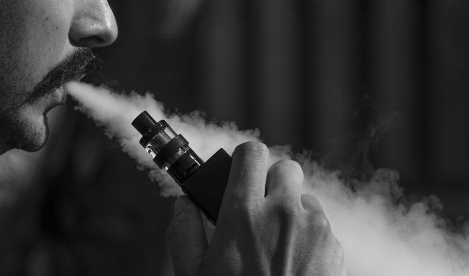 Hombre con cigarro electrónico